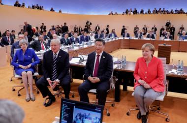 ドイツ・ハンブルグで7月7日と8日に開催されている主要20カ国・地域首脳会議(G20サミット)で、初日のワーク・セッションに参加する各国代表。(向かって右から)開催国の独アンゲラ・メルケル首相、中国習近平国家主席、米ドナルド・トランプ大統領、英テリーザ・メイ首相(KAY NIETFELD/AFP/Getty Images)