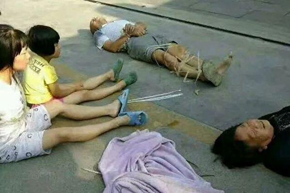 中国・陝西省漢中市の前鋒村で7月1日、立ち退きを拒否した一家7人は手足を縛られて殴打され、自宅は取り壊された。