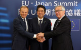 安倍晋三首相は6日、ブリュッセルで欧州連合のトゥスク大統領、ユンケル欧州委員長と共同記者会見を開き、EPAの合意を正式表明(FRANCOIS WALSCHAERTS/AFP/Getty Images)