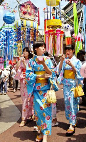 神奈川県平塚市の七夕祭りで、浴衣を着た少女たち。2003年7月撮影(YOSHIKAZU TSUNO/AFP/Getty Images)