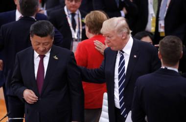 ドイツ・ハンブルグで開催された主要20カ国会議(G20)で7月7日、初日のウォーキング・セッションで会話する中国習近平国家主席と米トランプ大統領(PHILIPPE WOJAZER/AFP/Getty Images)