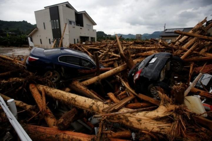 2017年7月8日、福岡県朝倉市で、大雨で流された瓦礫や車(Issei Kato/Getty Images)