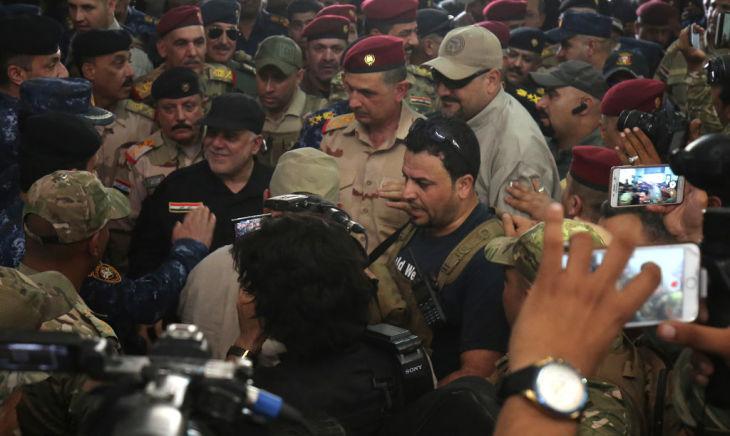 イラク暫定政府のハイデル・アル=アバディ首相は7月9日、ISが占拠していた北部最大都市モスルを訪れた(AHMAD AL-RUBAYE/AFP/Getty Images)