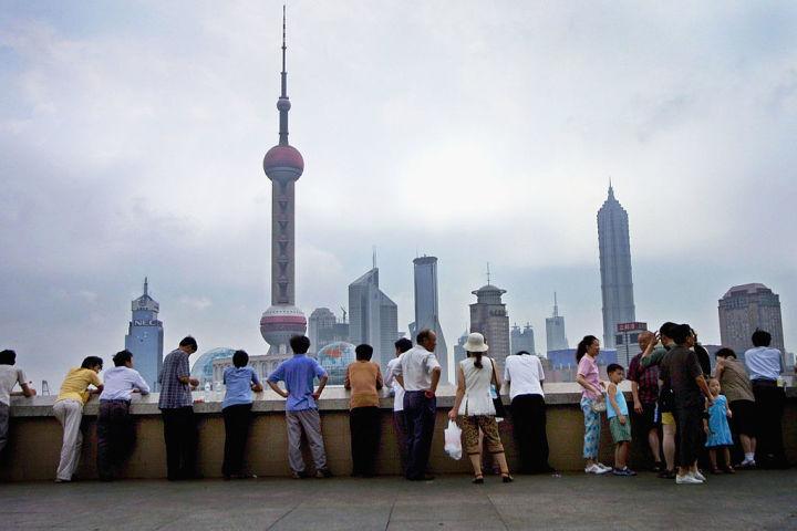 上海の弁護士「中国の人権派弁護士は将来の大統領候補」と述べた。上海タワーを望む人々(Natalie Behring-Chisholm/Getty Images)