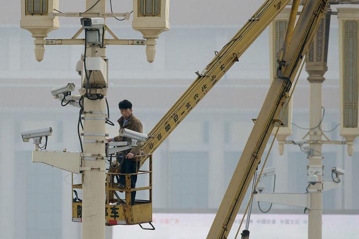 中国人権問題に詳しい専門家は、中国当局の検閲はますます厳しくなっていると指摘する。写真は2013年、天安門広場近くに監視カメラを設置するスタッフ(Ed Jones/AFP/Getty Images)
