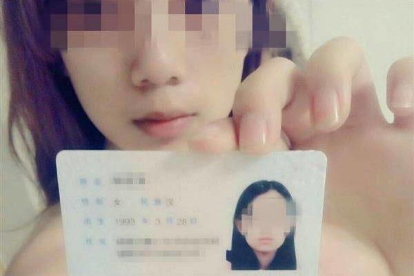 学生向けローンの場合、担保の代わりに裸写真を要求される。身分証明書を手に裸写真を撮る女子大生。(ネット写真)