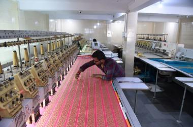 米誌「フォーブス」電子版はこのほど、今年中国経済の失速で、インドの国内総生産(GDP)成長率は中国を超えるとの専門家の見通しを伝えた。(SAM PANTHAKY/AFP/Getty Images)