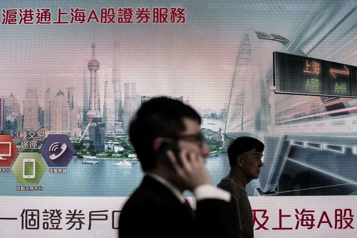 中国優良株が下落、上海総指数は大台の3200点を下回る。上海A株についての広告掲示(PHILIPPE LOPEZ/AFP/Getty Images)