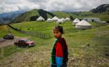 2017年6月、カザフスタン人の住まう中国新疆ウイグル自治区伊宁市で、テントを背景に振り向く少女(Wang He/Getty Images)