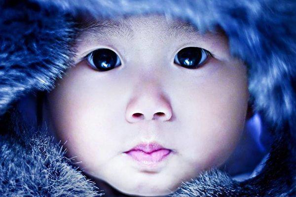 子供の澄んだ目。輝く黒い宝石のよう(王巧馨facebook)