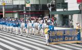 7月17日、池袋の中心地を行進するNPO法人日本法輪大法主催の反迫害パレード。先陣を切るマーチングバンド「天国楽団」(牛彬/大紀元)