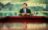 習近平中国国家主席は7月14~15日に開かれた、5年に1度の金融工作会議に出席。会議では「金融の安定維持は国家安全保障の一部だ」と発言した。写真は5月、韓国の使者と北京で会談する習主席(Jason Lee-Pool/Getty Images)