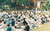 1998年、中国浙江省杭州市で、法輪功の気功を行う人々(minghui.org)