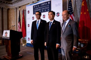 米中経済対話、貿易などの溝を埋められず、記者会見は中止となった。左からスティーブン・ムニューシン米財務長官、汪洋・中国副総理、ウィルバー・ロス米商務長官(BRENDAN SMIALOWSKI/AFP/Getty Images)