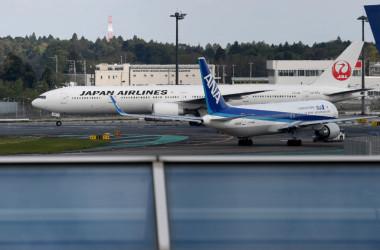成田空港を飛び立つ全日空機と日本航空機(TOSHIFUMI KITAMURA/AFP/Getty Images)