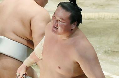 横綱・白鵬は21日、大相撲名古屋場所13日目の取組で大関・高安をが押し倒しで下し、歴代最多1048勝を達成。写真は今年の一月場所14日目の取組(TORU YAMANAKA/AFP/Getty Images)