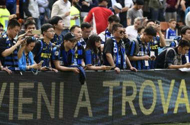 中国資本、海外サッカークラブ爆買いの裏に「資金洗浄」と国営放送は非難。4月、イタリアで行われたサッカーリーグ「セリエA」でACミラン対インテルの試合開始を待つ中国人観戦客(MIGUEL MEDINA/AFP/Getty Images)