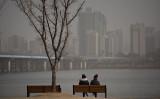 韓米共同調査で韓国のPM2.5、中国発が3割以上と発表。ネット民は疑問視。2015年2月、スモッグの覆うソウル市内の河川近く(ED JONES/AFP/Getty Images)