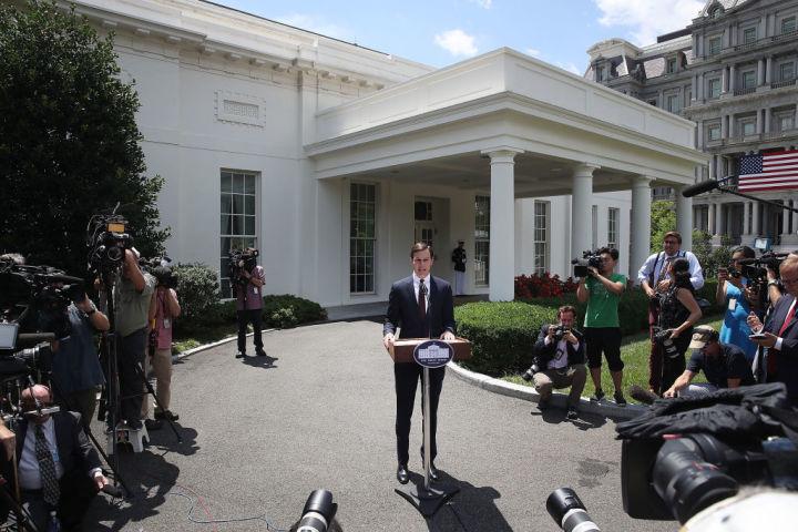 トランプ米大統領の娘婿であるジャレッド・クシュナー大統領上級顧問はホワイトハウス玄関前で24日、会見を開き、ロシアとの共謀を否定した(Mark Wilson/Getty Image)