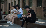中国で情報検閲を回避できるVPN接続は最近、利用できなくなっている。6月、携帯電話を操作している北京の若者たち(NICOLAS ASFOURI/AFP/Getty Images)