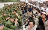 1989年4月22日、天安門広場で、数万人の民主化を求める学生ら若者と、警察隊が対峙する(CATHERINE HENRIETTE/AFP/Getty Images)
