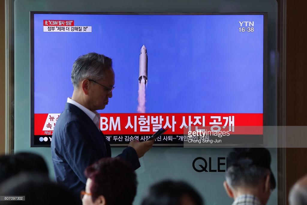 7月4日、北朝鮮の大陸間弾道ミサイル(ICMB発射)を報じる韓国のテレビ番組。(Chung Sung-Jun/Getty Image)