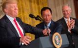 26日、台湾の富士康(フォックスコン、Foxconn)親会社「鴻海」の郭台銘CEOは、ホワイトハウスでの共同会見で、単体の外国企業投資としては米史上最大規模となる10億ドル投資と工場建設について発表。ドナルド・トランプ大統領と手を取る郭CEO(SAUL LOEB/AFP/Getty Images)