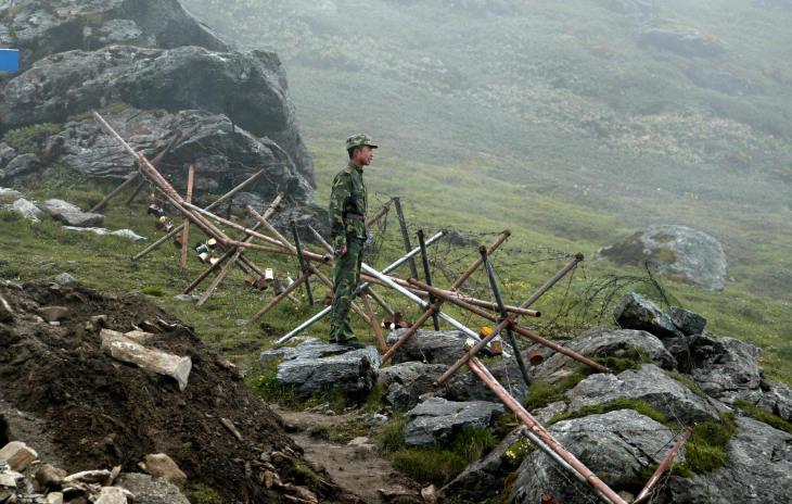 中印国境で警備に当たっている中国軍の兵士。(AFP/Getty Image)