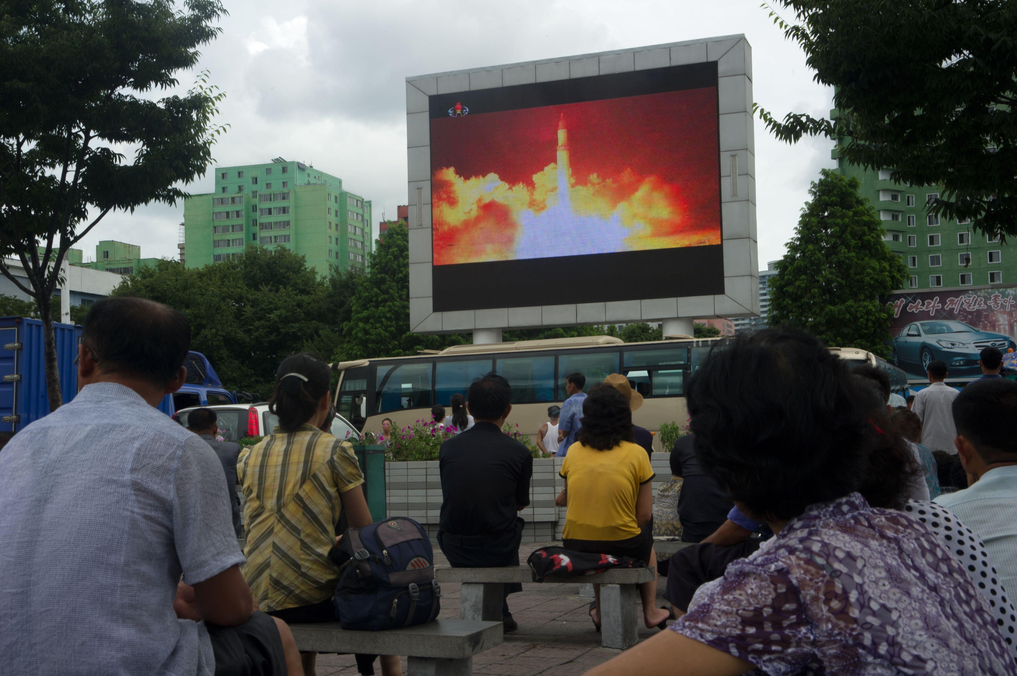 28日の北朝鮮のICBM発射に関する報道を見る韓国市民。(KIM WON-JIN/AFP/Getty Images)