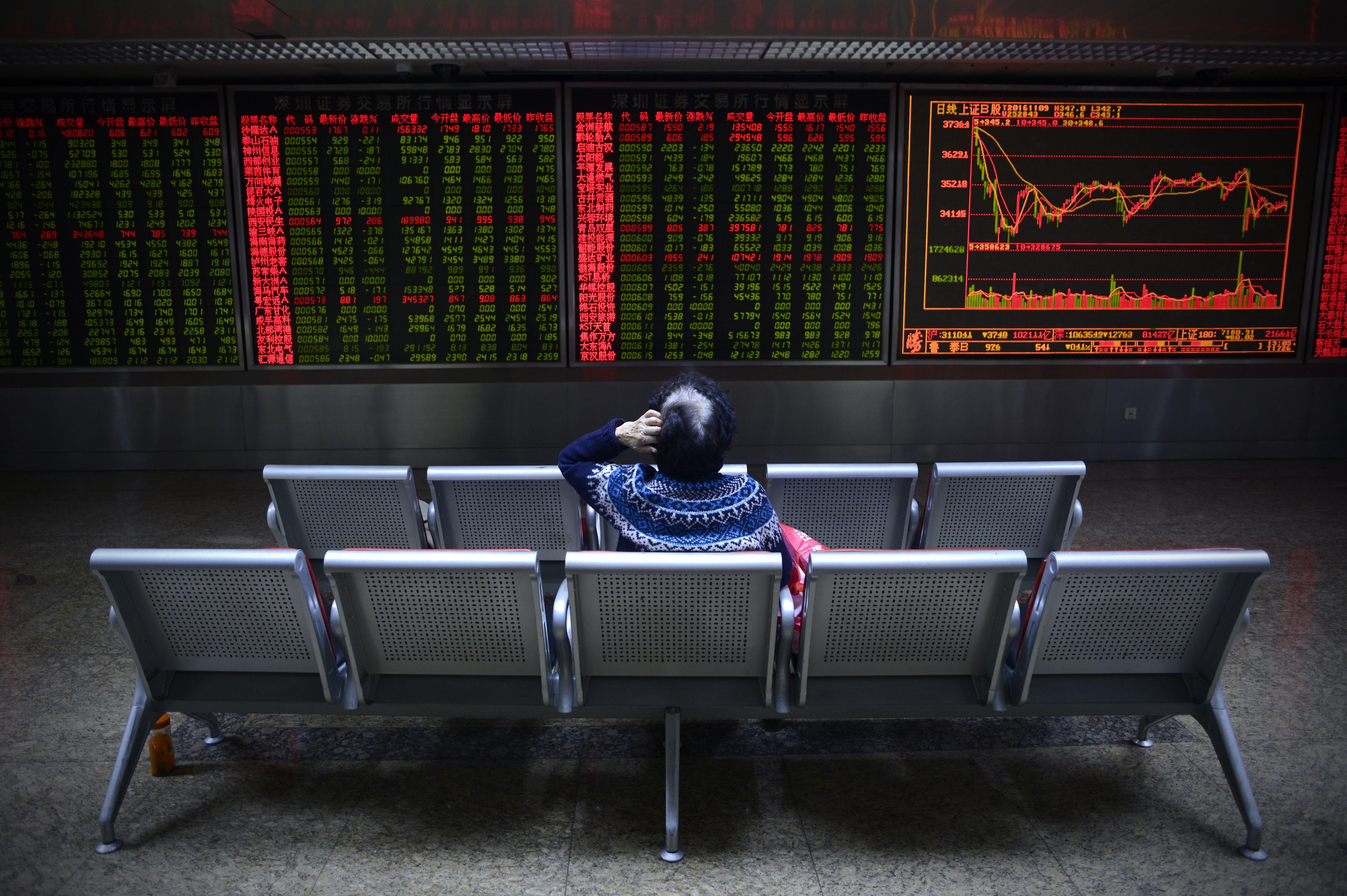株式指数の開発・算出を手掛ける米MSCIはこのほど、中国本土人民元建て株式(A株)市場に上場する企業に対して、株式の取引停止が長く続くとMSCI新興市場指数から除外すると警告した。(Photo credit should read WANG ZHAO/AFP/Getty Images)