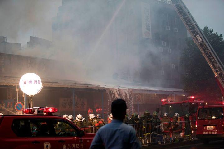 東京の築地市場場外で8月3日、火災が発生、7軒が燃える(BEHROUZ MEHRI/AFP/Getty Images)