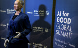 2017年6月、ジュネーブで開かれた「AI for good国際サミット」に登場した人形型AIのソフィア(FABRICE COFFRINI/AFP/Getty Images)