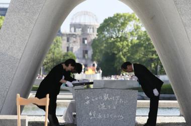 8月6日、広島市で「原爆死没者慰霊式・平和祈念式」(平和記念式典)が開かれ、安倍首相ら参列。各国駐日大使も出席した。被爆者の遺族など総参加者は5万人(STR/AFP/Getty Images)