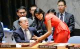 国連本部で安全保障理事会の対北朝鮮制裁決議案第2371号の票決の前、米国のニッキー・ヘイリー国連大使と中国の劉結一大使が会話(EDUARDO MUNOZ ALVAREZ/AFP/Getty Images)