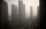 中国最新の住宅市場調査によると、7月主要都市の住宅取引済面積が縮小したが、住宅価格の大幅な下落はみられていない。 (Photo by NICOLAS ASFOURI/AFP/Getty Images)