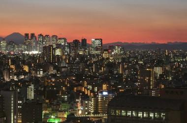 日本の不動産は中国人投資者に人気。写真は東京都新宿区。(Photo by KAZUHIRO NOGI/AFP/Getty Images)