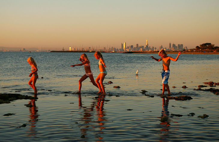 オーストラリアのメルボルンで、現地の少年が海に浸かっていたところ、無数の海洋生物に足を噛まれて負傷した。写真は現地で夏季、ブライトン・ビーチで遊ぶ若者たち。参考写真(Scott Barbour/Getty Images)