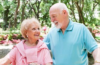 高齢の人は、積極的に社会的な繋がりを持つほうがいい(Fotolia)