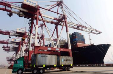 中国国家統計局が14日発表した7月の主要指標指数は、前月より伸び率が下回ったことがわかった。写真は青島港、2013年10月撮影。(STR/AFP/Getty Images)