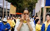米国務省、信教の自由報告書を発表 ティラーソン長官が法輪功問題に言及した。写真は2015年、ニューヨーク国連本部前で静かに気功動作を行う法輪功学習者(Andrew Renneisen/Getty Images)