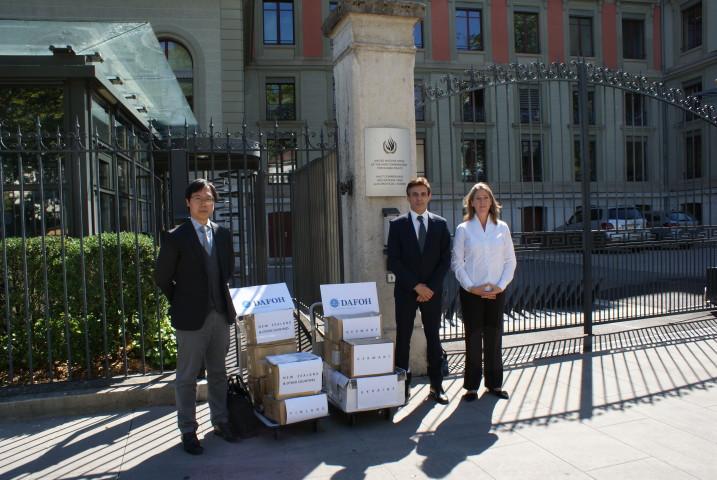 7月20日、スイスのジュネーブにある国連人権高等弁務官事務所に、過去2番目の規模となる250万人分の署名を提出する、「強制的な臓器摘出に反対する医師会」代表弁護士たち(DAFOH.org)