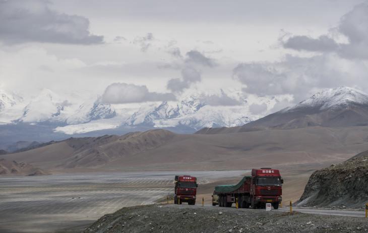 中国とパキスタンを結ぶ高速道路。(JOHANNES EISELE/AFP/Getty Images)