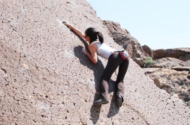 筋力と集中力を養うボルダリング。ロープを使わないので気軽に始められる(Flickr)