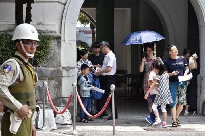 台湾総統府を訪れた人々と、警備する憲兵。18日、日本刀を持った男が憲兵に切りつけた。(SAM YEH/AFP/Getty Images)