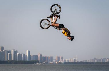 湖北省武漢で8月19日、サイクリング愛好者が次々と東湖に飛び込むパフォーマンス(Wang He/Getty Images)