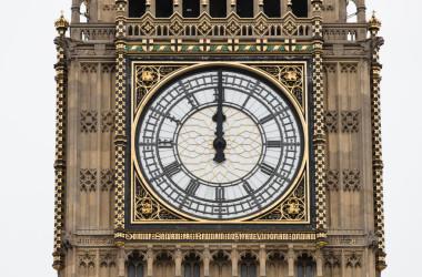8月21日正午、長期修繕のために動作を停止した議会議事堂の時計台、通称「ビックベン」。(Dan Kitwood/Getty Images)