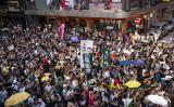 香港で現地時間20日午後、2014年民主化を求める大規模なデモを主導した元学生リーダーら16人に対して実刑判決を下したことに抗議して、約10万人の市民がデモを行った。