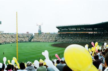 8月23日、第99回全国高校野球選手権大会の決勝が甲子園球場が行われ、花咲徳栄 (はなさきとくはる)が広陵(広島)を14-4という大差で破り、埼玉県勢初の夏の甲子園優勝を果たした。甲子園球場、参考写真(Elsie Lin)