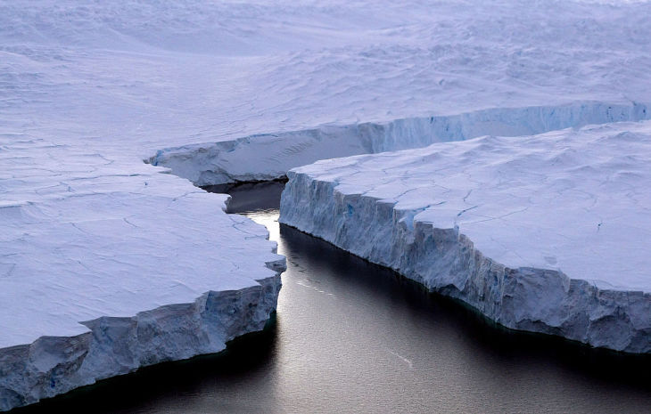 南極大陸で、オーストラリアが領有権を主張する地域にある裂け目(TORSTEN BLACKWOOD/AFP/Getty Images)