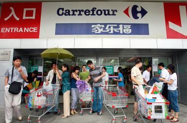 中国共産党、大学や外資企業で党組織の設置を強化している。写真は、中国で広く展開するフランス系スーパーマーケット、カルフールの北京店舗。2012年に共産党支部を置いていることを明かしている(TEH ENG KOON/AFP/Getty Images)